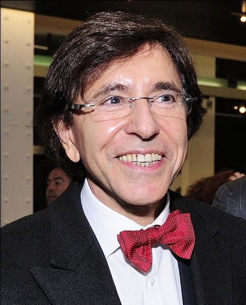 Ce Premier ministre belge a fait du noeud papillon rouge sa marque de fabrique. Comment s'appelle-t-il ?