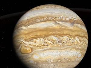 Cette planète est la plus grosse planète du système solaire, c'est une énorme boule de liquide et de gaz. Grâce à une sonde, on a découvert en 1979 qu'elle était entourée d'un anneau de poussière. Elle a seize lunes. Et trois d'entre elles sont plus grosses que notre Lune. Quel est son nom ?
