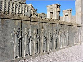 Voici une photo des ruines de Persépolis, ville antique qui était la capitale de l'Empire perse. Actuellement, dans quel pays se situe-t-elle ?