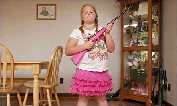 Le deuxième amendement de la Constitution des États-Unis d'Amérique garantit pour tout citoyen américain le droit de porter des armes. Il fait partie des dix amendements passés le 15 décembre 1791, couramment appelés « Déclaration des Droits » (Bill of Rights) [Wikipédia]. Permet-il aussi aux enfants de posséder et d'utiliser de vraies armes à feu ?