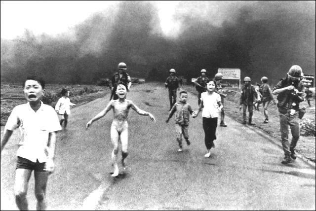 """Le napalm, inventé à l'université d'Harvard, est une substance à base d'essence, habituellement utilisée dans les bombes incendiaires. Mais de quand date sa première utilisation militaire notable ?  [Sur la photo, """"la petite fille brûlée au napalm"""", en 1972, Vietnam. Photographe Nick Ut]."""