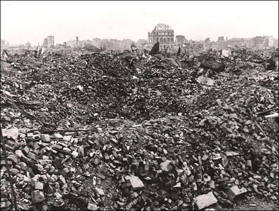 """Le film culte """"Allemagne année zéro"""" de Roberto Rossellini a été tourné dans les ruines de Berlin, détruite jusqu'à 80% par endroits. Durant la 2e Guerre mondiale, même les villes allemandes qui n'avaient pas d'importance stratégique ont été bombardées par les alliés. Pourquoi ?"""