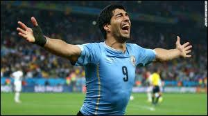 Quel Uruguayen de haut niveau est célèbre pour avoir mordu un Italien pendant un match de la Coupe du monde ?