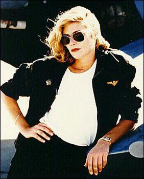Cette blonde est :