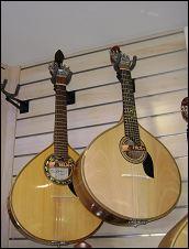 Cette guitare est :
