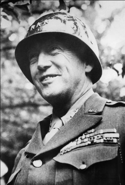 À la tête de ses puissantes unités blindées, ce général américain remporta de nombreuses victoires, notamment en France et en Italie. Connu pour avoir un colt à sa ceinture, il fut également accusé d'agressions physiques et verbales sur deux soldats souffrant de stress post-traumatique. Qui est-il ?