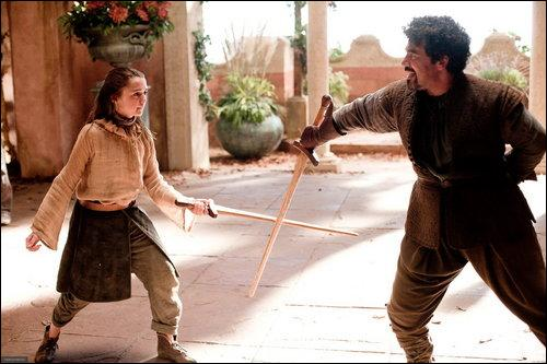 D'après le bretteur d'Arya, que doit-on répondre à la mort ?