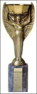 Quel est le véritable nom de ce trophée en or remis au vainqueur de la Coupe du monde de 1930 à 1970 ?