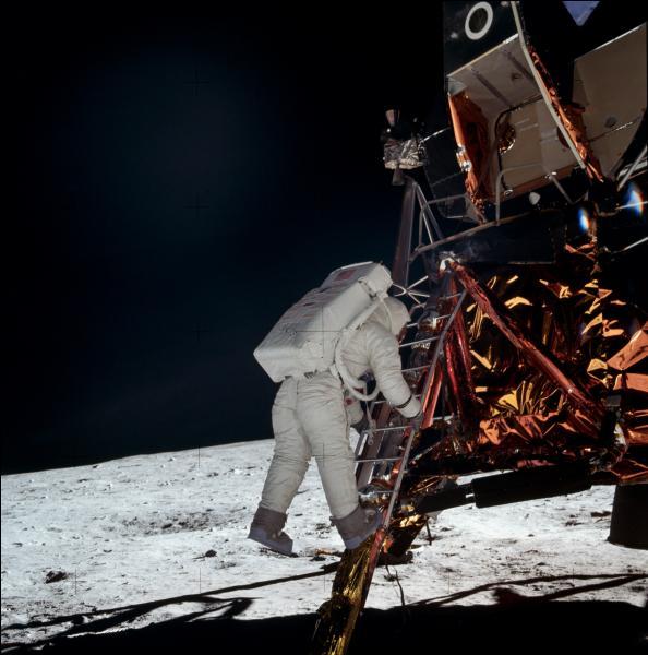 Le 20 juillet 1969, Neil Armstrong et Buzz Aldrin furent les premiers hommes à marcher sur la lune. Qui était le 3 e membre d'équipage resté en orbite ?