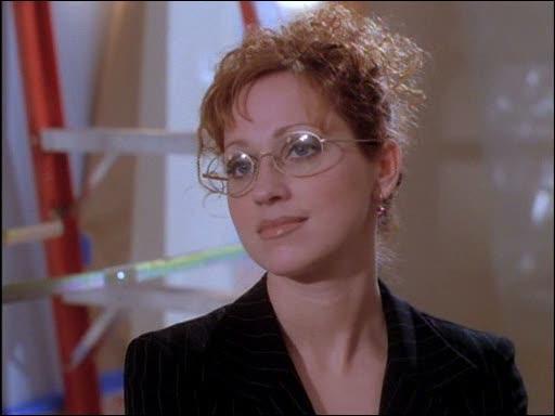 Dans l'épisode  Jeunesse éternelle , Prue travaille sous la direction de son patron dénommé Rex. Il est assisté par une secrétaire, comment s'appelle-t-elle ?