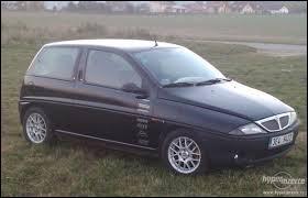 Produite de 1996 à 2003, cette Lancia porte le nom de ...