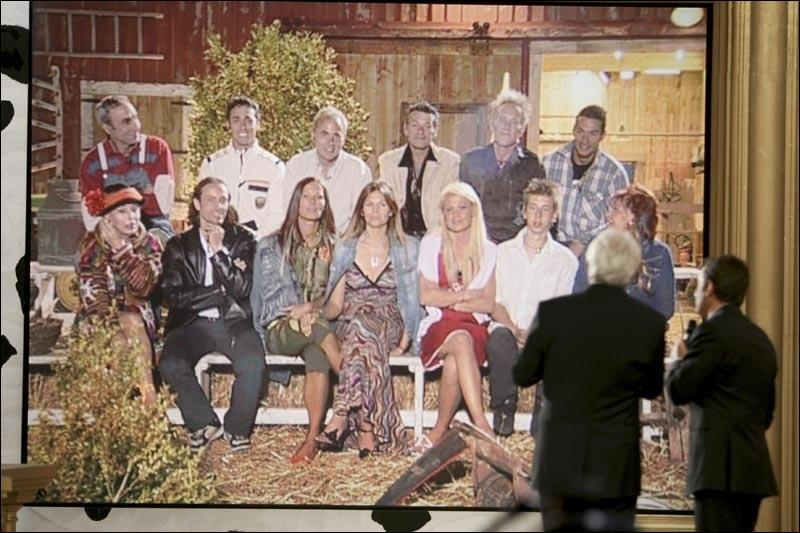 """Qui animait l'émission de télé-réalité """"La ferme célébrités"""" en 2004 ?"""