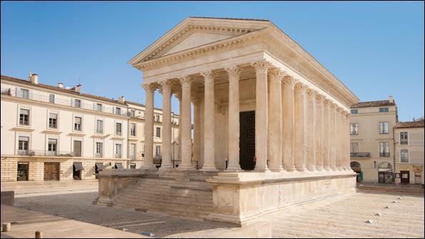 La Maison Carrée de Nîmes est le seul temple antique intégralement conservé. Temple romain, il est devenu, au fil des siècles, une maison consulaire, une église puis un musée des arts antiques.