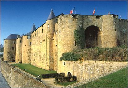 Le château de Sedan, situé sur un promontoire en bordure de Meuse, est l'une des plus grandes forteresses d'origine médiévale d'Europe.