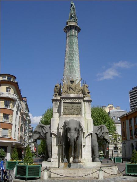La Fontaine des éléphants ou  les quatre sans culs , érigée en 1838 en l'honneur du comte de Boigne, aventurier savoyard qui fit fortune aux Indes et fut très généreux avec sa ville, est l'un des monuments les plus célèbres de Chambéry.