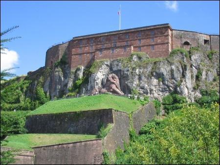 Située au sommet d'une falaise, au cœur des fortifications de Vauban, la citadelle de Belfort domine la ville.
