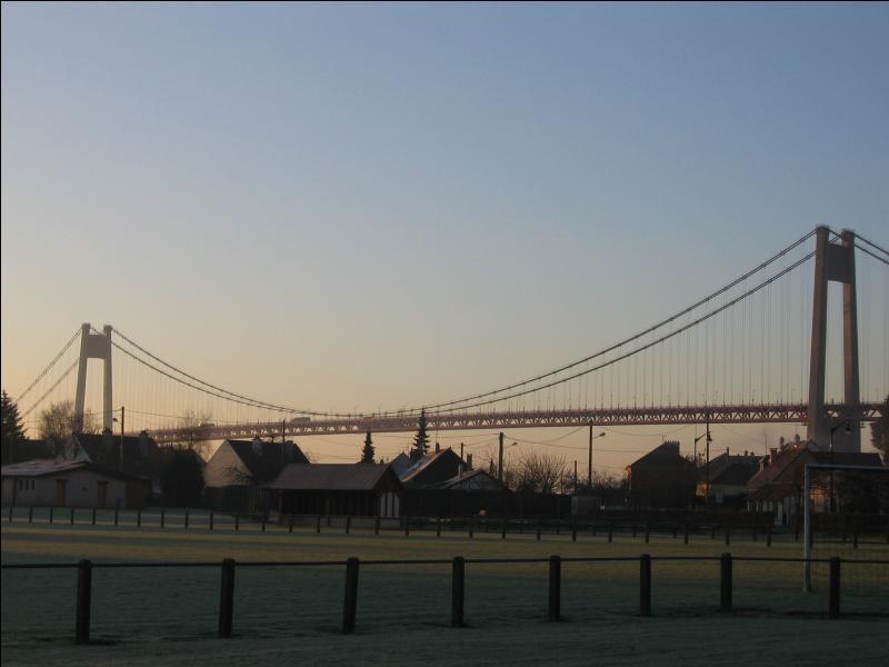 Le pont de Tancarville, pont suspendu, franchit la Seine entre Tancarville et le Marais-Vernier.