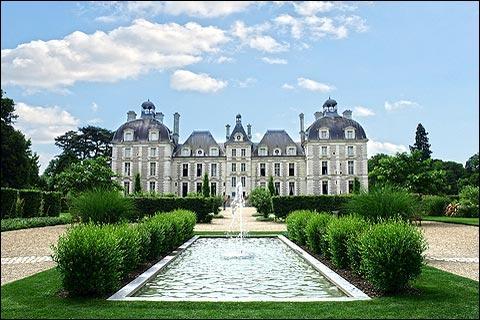 Le château de Cheverny, un des châteaux de la Loire, situé en Sologne, héberge actuellement une meute et organise régulièrement des chasses à courre.