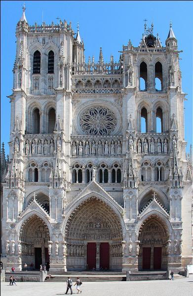 La cathédrale gothique Notre-Dame d'Amiens est la plus vaste cathédrale de France par ses volumes intérieurs.