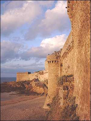 La construction des remparts de Saint-Malo a débuté en 1144, pour une meilleure défense de la ville et de son port.