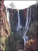 Regardez cette belle cascade, c'est beau, elle est située dans une vallée verdoyante rurale de grès rouge à 150 km au nord-est de Marrakech. Mais combien mesure-t-elle de haut ? (Environ)