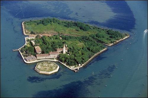 Qu'a accueilli l'île de Poveglia, située dans la lagune de Venise, au cours de son histoire pour en faire l'un des endroits les plus redoutés d'Italie ?