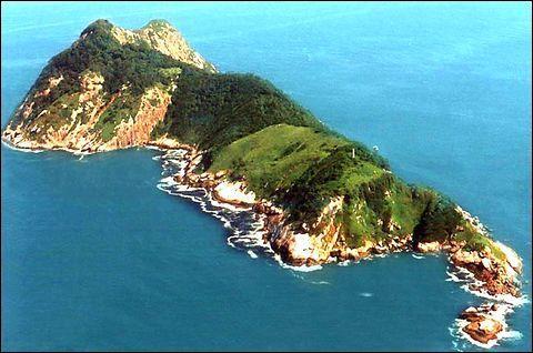 """Là aussi on regrette de ne pas pouvoir s'aventurer sur l'île de Queimada Grande au Brésil. Complétez le surnom de cette île, celui-ci va vous aider à comprendre pourquoi il ne vaut mieux pas mettre les pieds dans ce décors paradisiaque : """"L'île ___""""."""