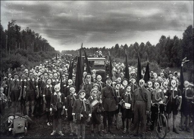 Ces habitants sont ceux de l'île d'Izu au Japon, pour quelle raison cette île est-elle l'une des plus dangereuses au monde et pourquoi ses habitants doivent-ils porter ces masques ?