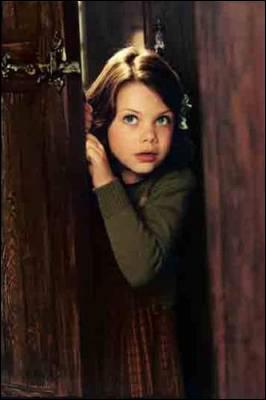 Quelle est la phrase utilisée par Edmund au moment où il entre dans l'armoire à la suite du deuxième passage de Lucy ?