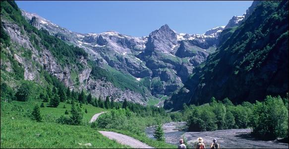 Avec des parois de 500 à 700 mètres de hauteur, couronné par des sommets de 3 000 mètres d'altitude, le Cirque du Fer-à-Cheval est le plus grand cirque montagneux alpin.