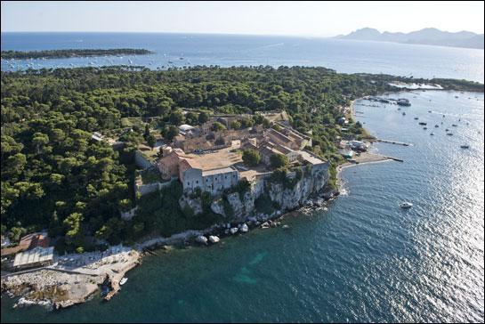 Sainte-Marguerite et Saint-Honorat, les deux grandes îles habitées de l'archipel de Lérins, sont rattachées à la commune ce Cannes, dans le département ...