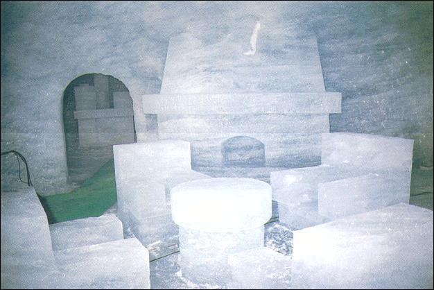 La Mer de Glace, glacier alpin situé sur la face nord du massif du Mont-Blanc, mesure sept kilomètres de long. La grotte de glace permet de pénétrer au cœur du glacier. Pour y accéder, rendez vous à Chamonix, en :
