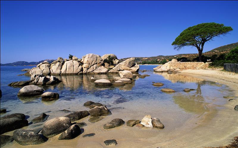 Le golfe de Porto-Vecchio considéré comme l'un des plus beaux golfes du monde est réputé pour ses plages.