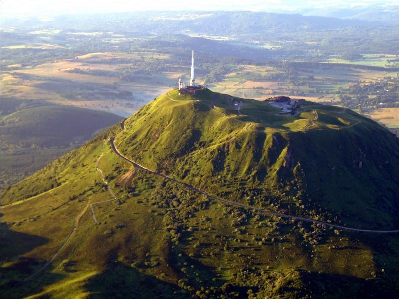 Le Puy de Dôme, plus haut sommet de la chaîne des Puys, est classé 'Grand Site de France'. Endormi depuis 11 000 ans, il est situé en région ...