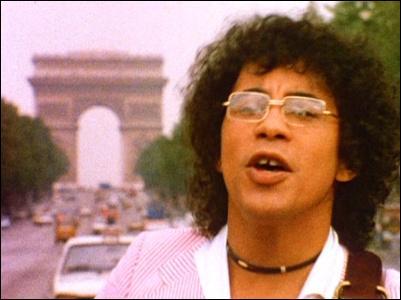"""1977. """"On a tous dans l'cœur / une petite fille oubliée / jupe plissée queue d'cheval / à la sortie du lycée. Et la p'tite fille chantait un truc qui'm colle encore au cœur et au corps."""" Quel est le titre de cette chanson de Laurent Voulzy ? (clip)"""