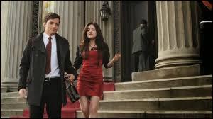 De quelle couleur est la robe d'Aria lors de leur premier rendez-vous ?