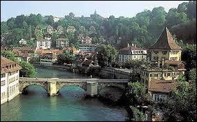 Ce n'est pas la ville la plus peuplée de Suisse mais c'est tout de même la capitale de ce pays. Il s'agit de...