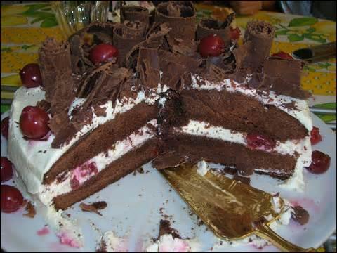 Ce gâteau porte le même nom qu'une forêt d'Allemagne. À base de chocolat, de chantilly et de bigarreaux, il s'agit...