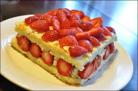 C'est un gâteau à plusieurs étages composés de deux ou trois génoises. C'est...