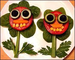 On croirait des fleurs en vacances avec lunettes de soleil ! quelques feuilles de salade ou d'épinard, une tomate, la tige est en céleri et les dent alors ?