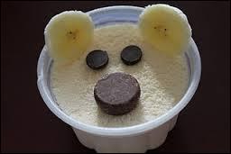 Et voilà Nounours, ou Fozzie ou Winnie l'ourson qui se fait dessert, en ajoutant des chocolats à la surface du ramequin contenant la crème, et quoi donc pour faire les oreilles ?
