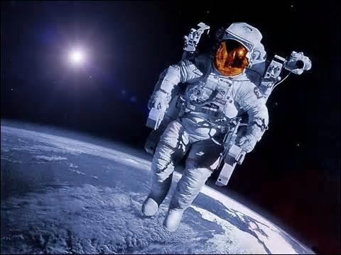 À quel jour de l'année 1969 eut lieu la première sortie d'un homme sur la lune ?