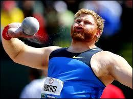 Combien pèse la boule en métal que les lanceurs de poids masculins propulsent ?