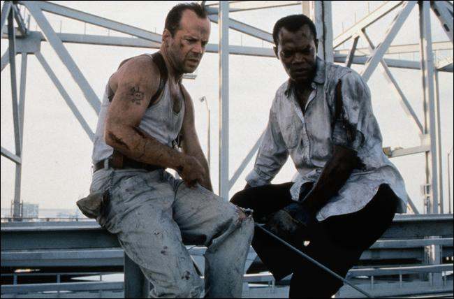 """Dans le film 'Une journée en enfer' (1995), le lieutenant John McClane doit se livrer à un périlleux """"Jacques a dit"""" à travers toute la ville de New York pour éviter l'explosion de nombreuses bombes. Qui joue le rôle de John McClane, apparu pour la première fois dans le film """"Piège de cristal"""" ?"""