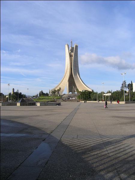 Dans quelle ville se situe le Mémorial du martyr ?