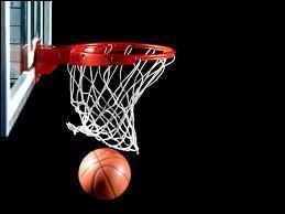 Sans compter l'arbitre, il y a 12 joueurs sur un terrain de basketball.