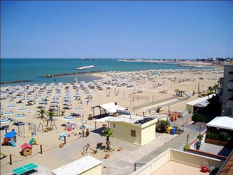 La station balnéaire de Rimini est sur la mer Adriatique.