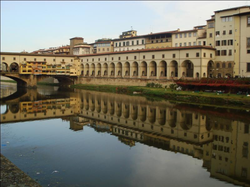 La ville de Florence est traversée par le fleuve Arno.