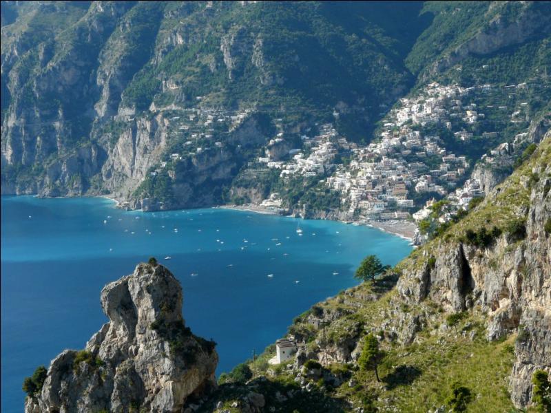 La côte amalfitaine longe le golfe de Salerne, au sud de Naples.