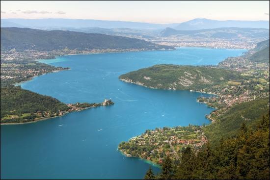 Le lac d'Annecy est situé au nord du lac du Bourget.